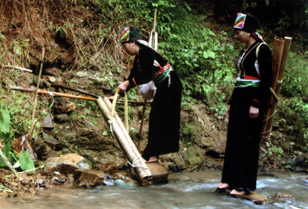 Trong năm mới, người Khơ Mú quan niệm phải dùng nước mới để lấy may.