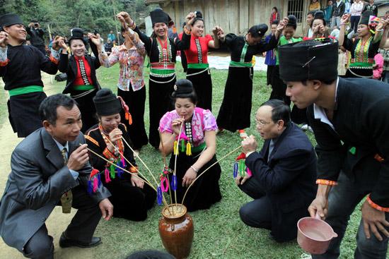 Uống rượu cần là để giao lưu trong cộng đồng, cũng là một thể thức nghệ thuật trong điệu xoè -Ươc bụt xạ- và kết thúc ngày hội Mah grợ của cư dân Khơ Mú Tây Bắc.