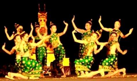 Điệu múa Mahasay duyên dáng của các cô gái.