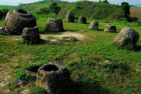 Cánh đồng chum ở Xieng khuang (Lào) có niên đại từ 1.500-2.000 năm trước.