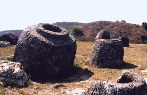 Cả truyền thuyết và giả thuyết khoa học vẫn chưa đưa ra được những câu lời thỏa đáng về nguồn gốc của những chiếc chum đá.