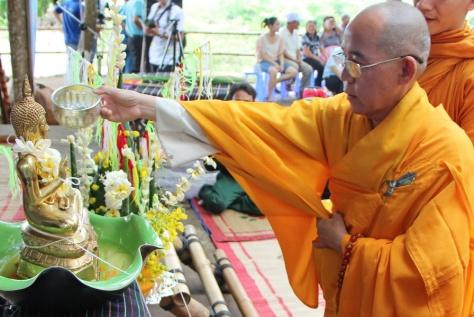Thực hiện nghi thức tắm Phật.