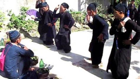 Các thầy mo trong điệu múa mời tổ tiên.