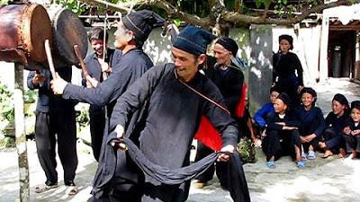 Lần lượt từng thầy cúng nhảy múa theo nhịp trống chiêng để mời các thần và tổ tiên.