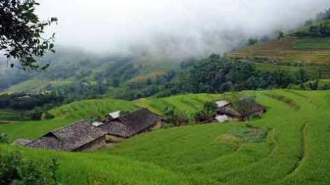 Những ngôi nhà và ruộng bậc thang của người La Chí ở Hà Giang.