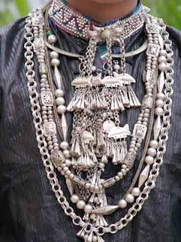 Trang sức và trang phục của người La Chí.