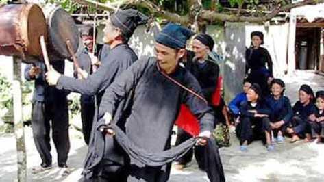 Trong ngày tết các thầy cúng thường nhảy múa, đánh trống mời thần linh và tổ tiên về ăn Tết.