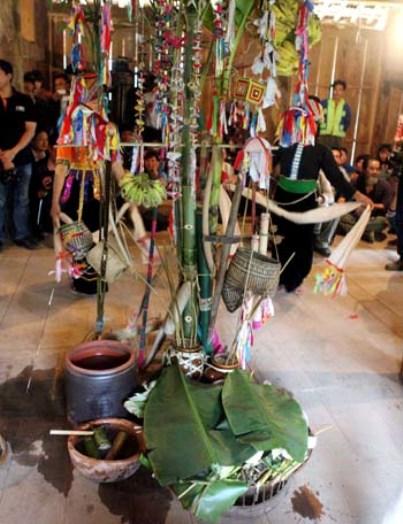 Các lễ vật của mâm cúng chính tại nhà thầy lang.
