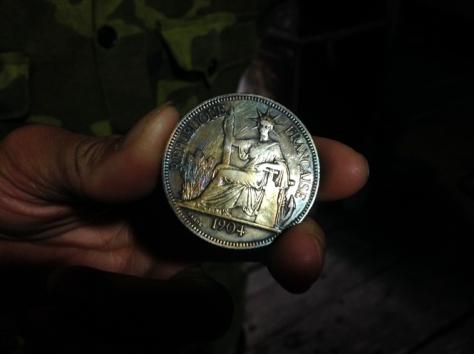 Đồng bạc dùng khi bị phạt vạ nếu bỏ nhau.