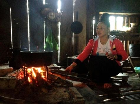 Phụ nữ dân tộc La Ha bên bếp lửa.