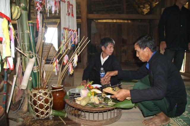 Thầy lang là người chủ trì và chuẩn bị các thủ tục, các loại lễ vật cần để làm lễ cúng.