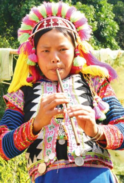 Sơn nữ La Hủ say sưa gọi bạn tình bằng tiếng sáo du dương.