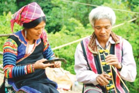 Những người già và trung niên vẫn giữ kỹ thuật điêu luyện để làm sáo.