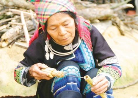 Phụ nữ La Hủ tự làm cho mình một cây sáo để sử dụng là một niềm vui.