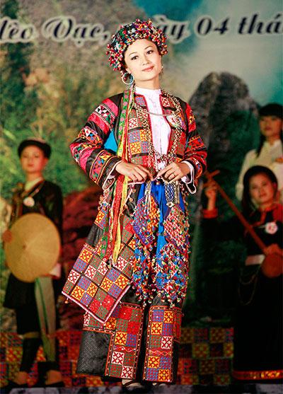 Bộ trang phục dân tộc Lô Lô được thí sinh Lò Thị Duyên trình diễn.