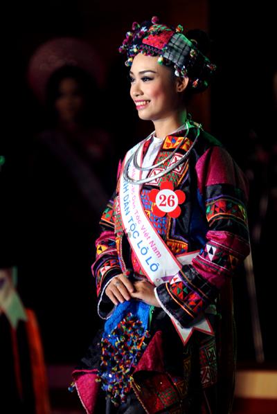 Thí sinh Mùng Thùy Linh trong trang phục dân tộc Lô Lô.