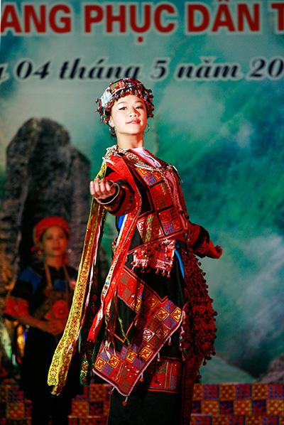 Thí sinh Thàng Minh Thúy trình diễn bộ trang phục Lô Lô nhiều màu sắc.