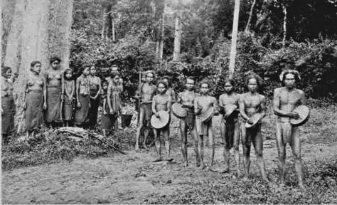 Đội nhạc cồng chiêng Mạ trong một ngày lễ thời Pháp thuộc.