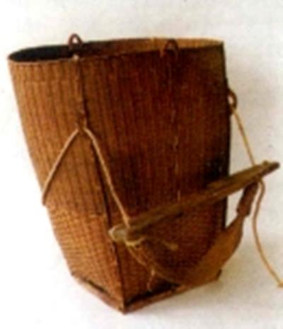Mang gùi (dong buê) có dây quai vắt qua trán và sỏ qua tấm ván ách tì lên gáy là đặc trưng của cách vận chuyển sản phẩm của người Mảng. Cách đeo gùi này thấy ở nhiều dân tộc trong nước và trên thế giới.