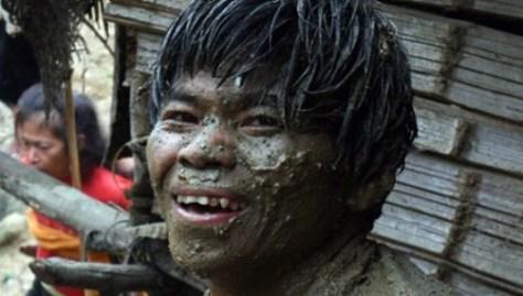 Một thanh niên nhà trai hả hê khi được hưởng đủ cả: Nước, rượu, nhọ và…bùn.