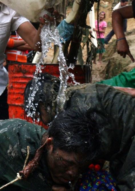Và nước… không thể thiếu để đôi trẻ đông con nhiều cháu, làm ruộng, nương dễ dàng…