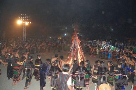 Ðồng bào các dân tộc sum vầy bên lửa trại Lễ Sum họp cộng đồng.