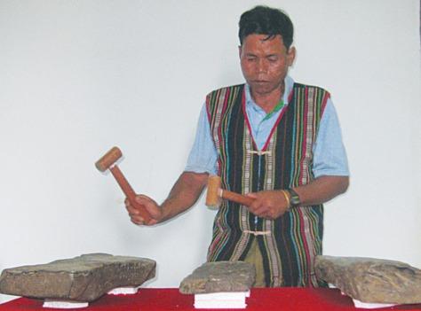 Sơn nam M'Nông biểu diễn đàn đá.
