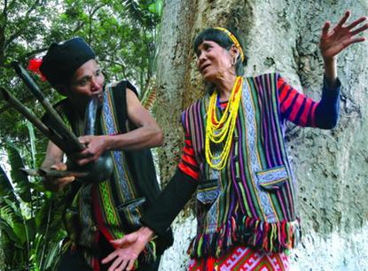 Con em dân tộc M'nông tổ chức lễ mừng thọ cho cha, mẹ khi bước sang tuổi 60.