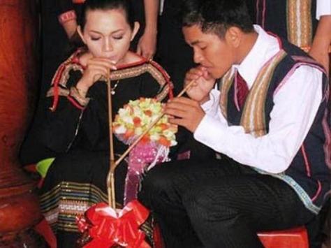 Cô dâu chú rễ M'Nông.