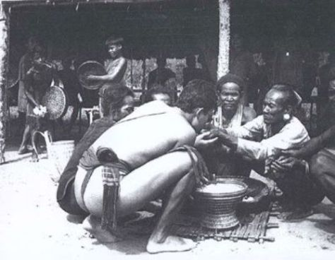 Georges Condominas trong một buổi lễ hiến sinh trâu tại làng - Ảnh Vapa.