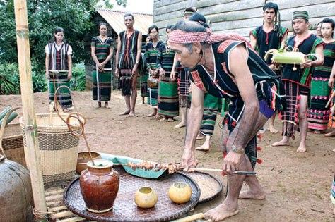 Già làng dâng lễ vật lên các thần linh.