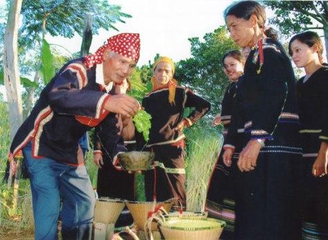 Lễ mừng thọ cũng là một hình thức nhắc nhở cho thế hệ trẻ khắc ghi công ơn của đấng sinh thành.