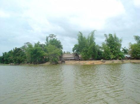 Một buôn làng của người M'Nông (buôn Jun) bên hồ Lắk.