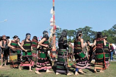 Trang phục lễ hội của người M'nông.