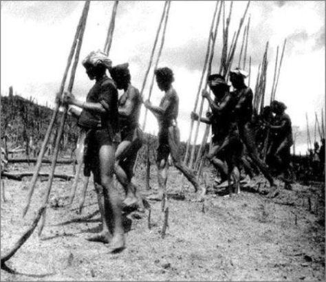 Vào mùa gieo hạt, đàn ông chọc lỗ bằng gậy. Đàn bà đi theo sau thả hạt giống. Ảnh Georges Condominas