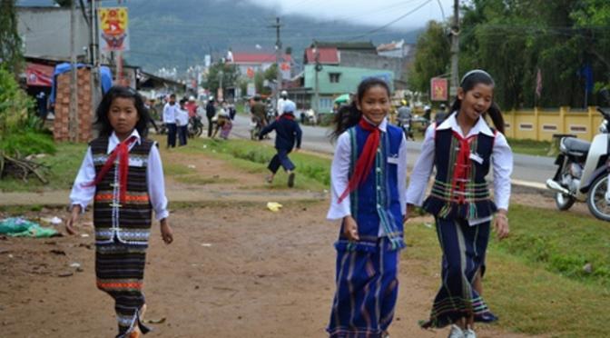 Học sinh buôn làngnghèo nhưng hiếu học