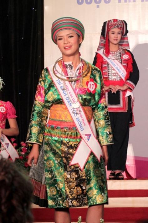 Sơn nữ Chương Thị Hoa, tộc H'Mông trong một cuộc thi Hoa Hậu Dân Tộc. (L.T.)