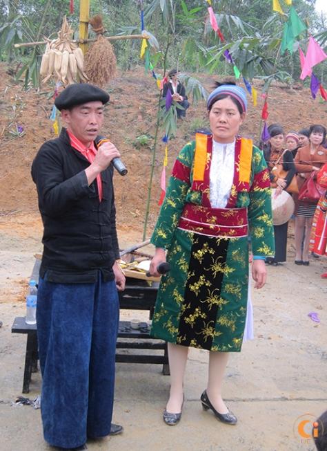 Gia chủ hát mừng trước làng bản.