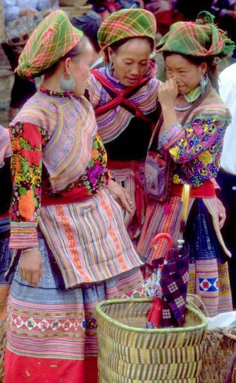 Người H'Mông Hoa trong quần áo truyền thống tại chợ Bắc Hà, Việt Nam.
