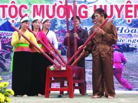 Biểu diễn điệu đâm đuống trong lễ hội Mở cửa rừng.