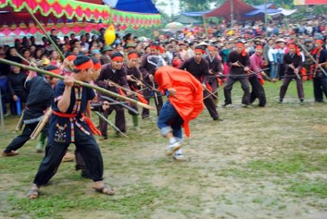 Màn biểu diễn săn thú tại lễ hội mở cửa rừng.