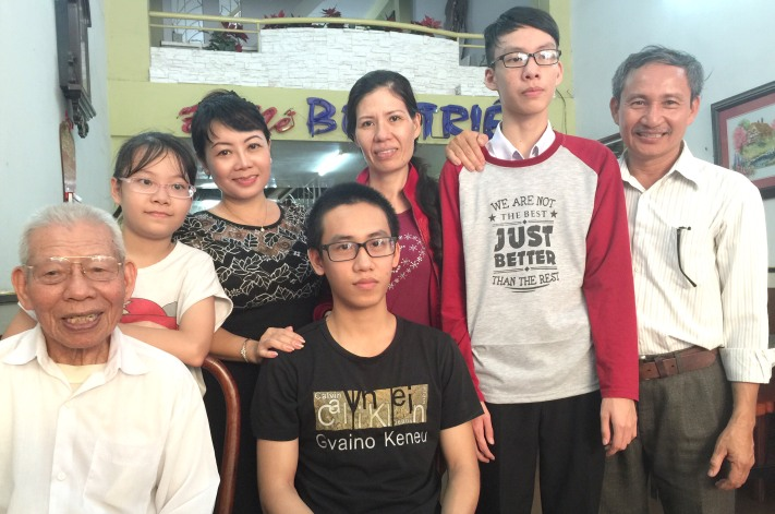 Niềm vui sum họp,PV báo Tiền Phong ( áo đen hàng sau) cùng gia đình em Thiện