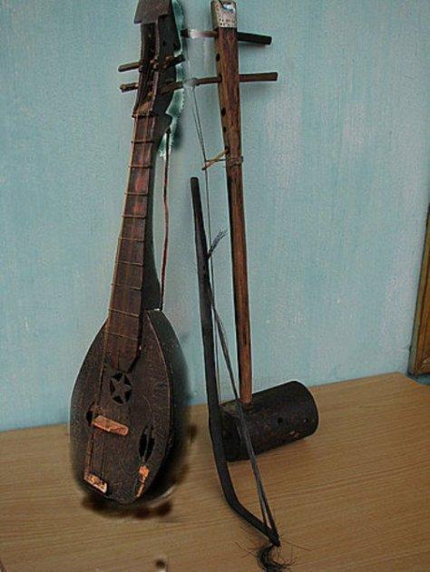 Đàn 4 dây, đàn kéo của dân tộc Nùng. đệm cho hát lướn và các điệu múa truyền thóng dân tộc.