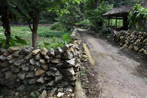 Điểm đặc biệt là những viên đá được xếp lên nhau mà không cần bất cứ chất kết dính nào nhưng không hề dễ rơi.