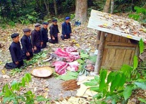 Chỉ có đàn ông mới được phép tham gia lễ cúng rừng.