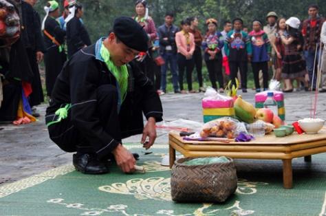 Chủ lễ thực hiện các nghi thức khấn lễ.