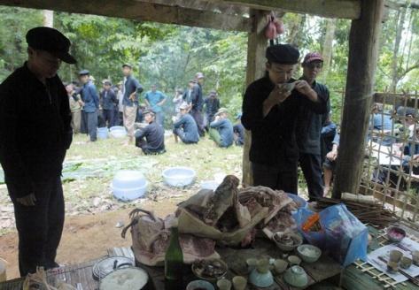 Thầy cúng làm các nghi lễ cúng thần Rừng.