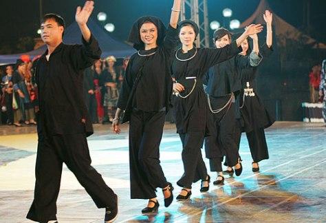 Trang phục truyền thống nam, nữ dân tộc Nùng.