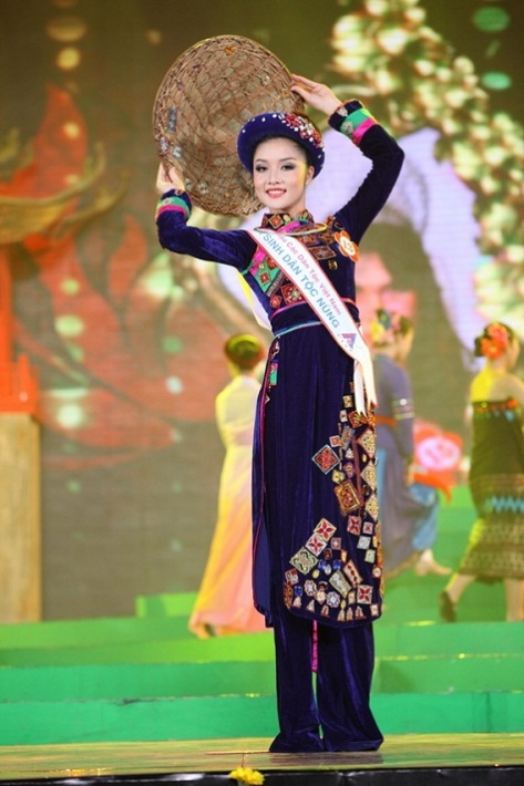 Triệu Thị Hà, dân tộc Nùng, tỉnh Cao Bằng, trong cuộc thi Hoa Hậu Dân Tộc năm 2011.