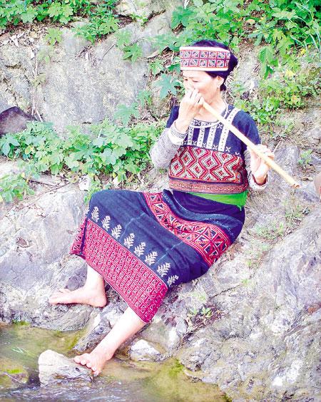 Bà Thanh thường ra bờ suối Nhầy gần nhà để thổi sáo.